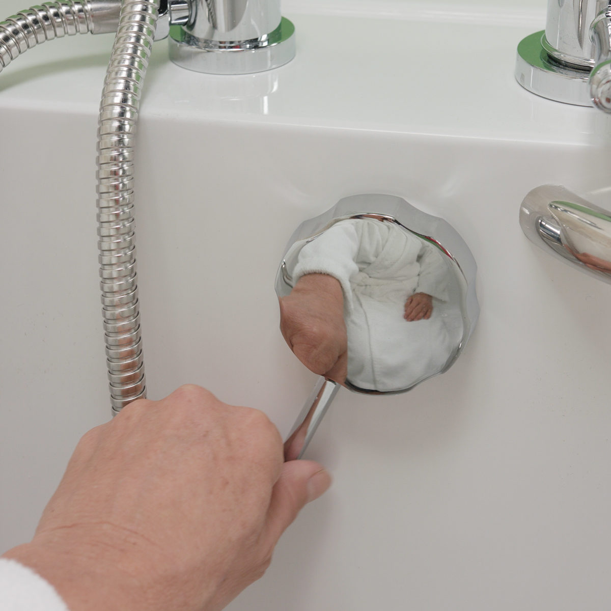 Turning of the walk-in tub quick release drain